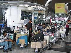 stranded bangladeshis klia 030305 baggages 01