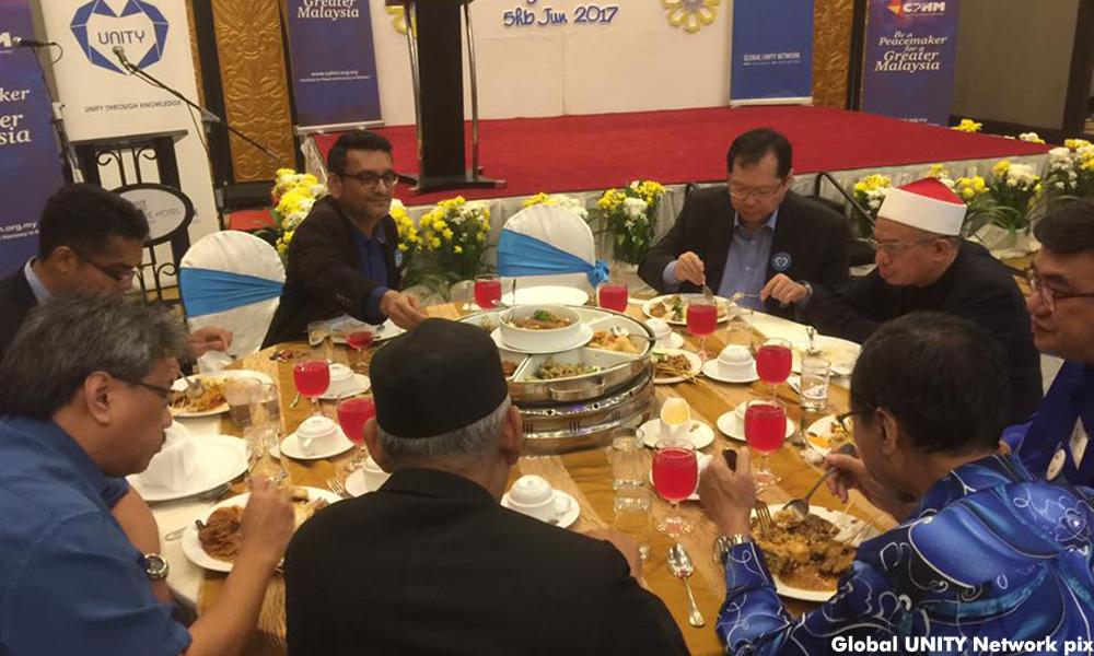 Mufti Wilayah Persekutuan berbuka puasa semeja dengan paderi