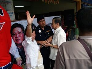 dap teo eng ching police scuffle 050308 over