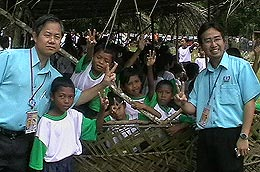 pkr gopeng visit orang asli ulu geruntum 010308 chang lih kang and lee boonchye with pupils