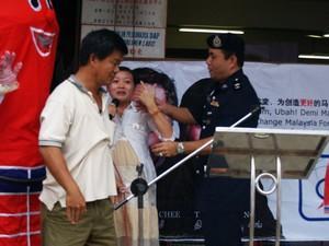 dap teo eng ching police scuffle 050308 push