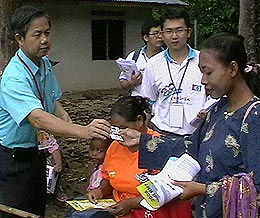 pkr gopeng visit orang asli ulu geruntum 010308 lee boon chye giving namecard