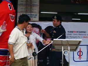 dap teo eng ching police scuffle 050308 grap