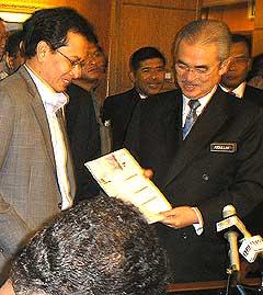 ezam joins back umno 280508 03