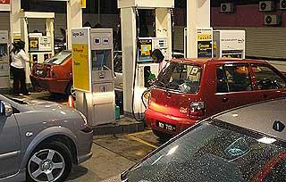 petrol price hike before increase panic consumers 040608 01
