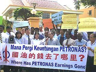 dap ipoh petrol price hike protest 050608 02