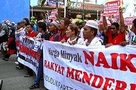 petrol price hike protest kg baru sogo 130608 27