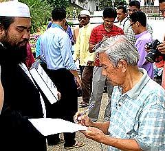 petrol protes signature drive masjid negara 270608 04