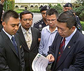 pas youth submit memo to agung 070708 meet with palace officer