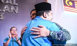 Azmin, Rafizi hug it out upon PKR delegate's urging