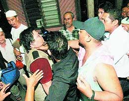 guan ming reporter photographer bullied beaten by pkr security in permatang pauh 050808 01