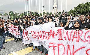 uitm students protest in selangor state office 130808 02