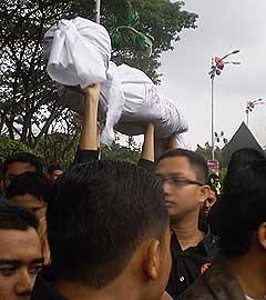 universiti student auku uuca parliament protest 180808 03