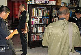 raja petra house raided by police 220808 04