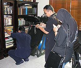 raja petra house raided by police 220808 01