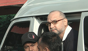 rpk raja petra sedition court 061008 emerge from van