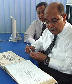syed hamid albar visit new chow kit police station 061108 04