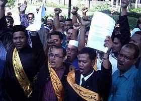 penang road sign dual language umno ngo files protest 041108 03