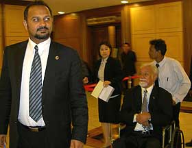 opposition mps walk out of parliament 041108 06