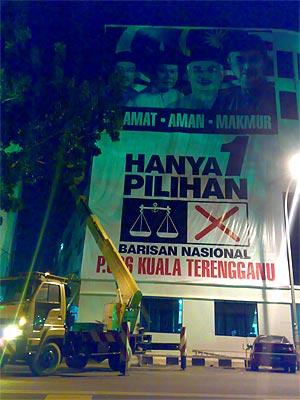 kuala terengganu by election 080109 bn putting up mega poster