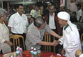 kuala terengganu by election dap dinner 140109 nik aziz shake hand with limkit siang