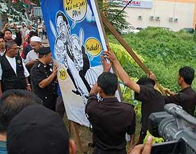 kuala terengganu by election 130109 mbkt takes down poster
