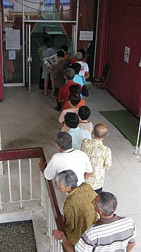 kuala terengganu by election voting day 170109 voters queue