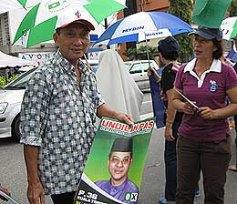kuala terengganu by election voting day 170109 supporters talking