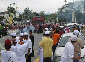 perak bn takeover protest mosque tear gas attack incident kuala kangsar rally 060209 17