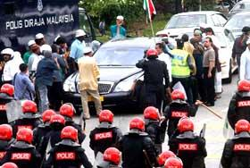 perak bn takeover protest mosque tear gas attack incident kuala kangsar rally 060209 29