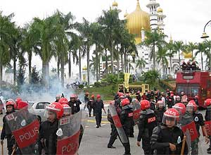 perak bn takeover protest mosque tear gas attack incident kuala kangsar rally 060209 22