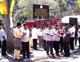 umno youth demo against karpal singh penang 130209 02