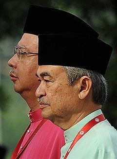 pak lah and najib raising the umno flag agm 2009 260309 02