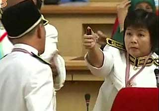 hee yit foong holding device at yew tian hoe in perak state assembly dewan 070509