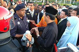 nizar suk fru 120509 police negotiate