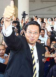 nizar jamaluddin win court case at duta court house 110509 03