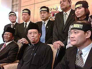 nizar jamaluddin sworn in at parliament opposition mps disolve perak state adun headband incident 150609 01