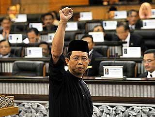 nizar jamaluddin sworn in at parliament opposition mps disolve perak state adun headband incident 150609 07