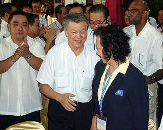 mca egm 101009 chua soi lek greeting delegate 02