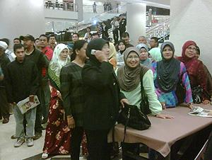 anwar sodomy trail first day 020210 pkr supporters