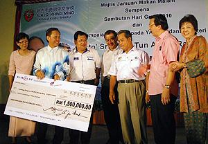hulu selangor by-election 230410 muhyiddin give allocation to khing ming chinese school 06