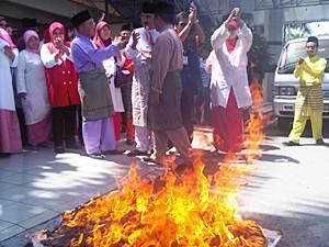 umno kota raja burn suara keadilan 270610 01