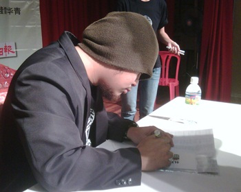 namewee signing autographs