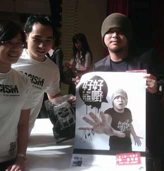 namewee signing autographs 2
