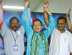 Mustaffa kamil ayub with N Gobalakrishnan and S Manikasavagam
