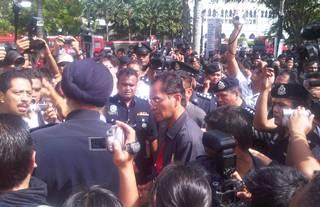selangor water demo 05 zulkefly ahmad negotiating with police