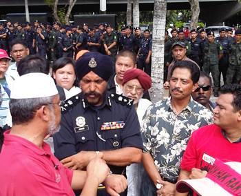 selangor water demo Deputy police chief of KL Amar Singh, Khalid Samad on far left