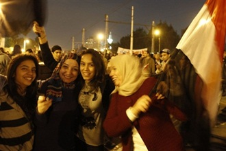 egypt revolution mubarak steps down women 1