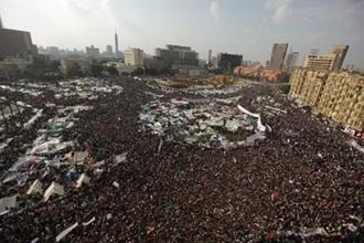 egypt revolution mubarak steps down crowd in square 1