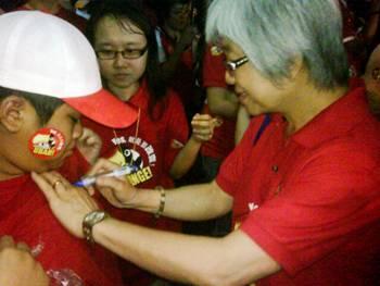 DAP Sibu Chong Eng sign t shirt